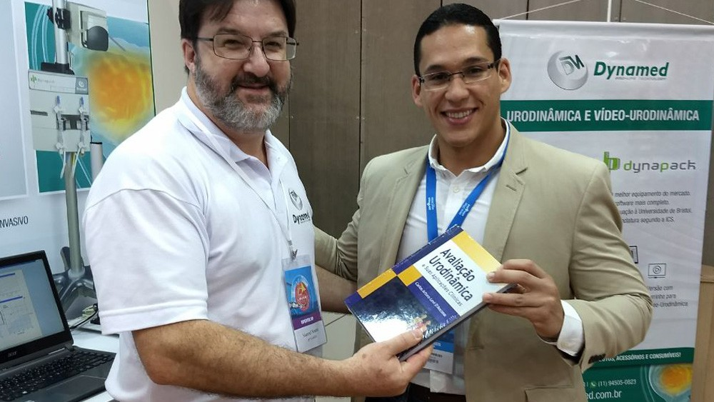 Sr. Manoel entregando o livro de Urodinâmica do Prof. DAncona ao Dr. Menezes.