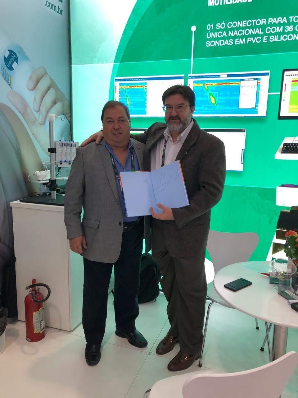Sr. Manoel Soares recebendo livro do amigo Dr. Ricardo Guilherme Viebig.