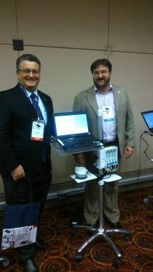 Dr. José Octávio Gonçalves de Freitas é recebido pelo Sr. Manoel Soares no estande da Dynamed.