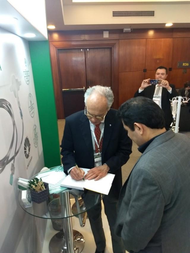 Prof. Carlos Arturo Levi DAncona autografando livro
