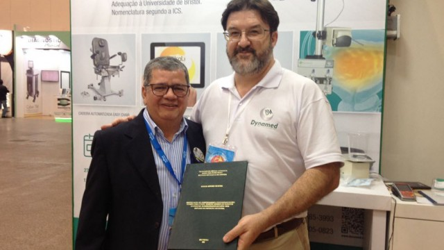 Sr. Manoel recebendo dissertação de mestrado do Dr. Carlos Souza.