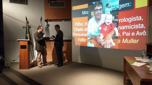 Homenagem e entrega de placa ao Dr. Valter Müller.