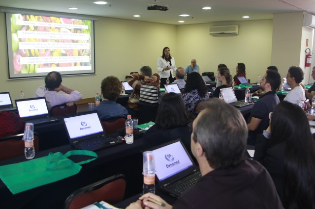 Dra. Soraia Tahan ministrando aula.