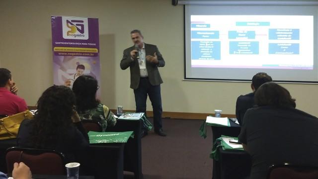 Prof. Tomás Navarro professando sua aula.