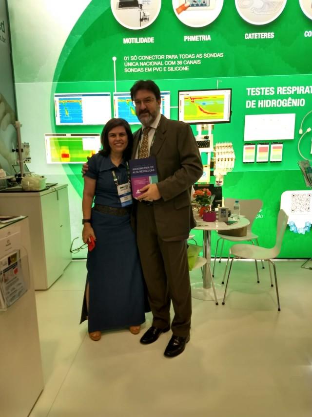Sr. Manoel Soares recebendo livro da amiga Dra. Vera Angelo.