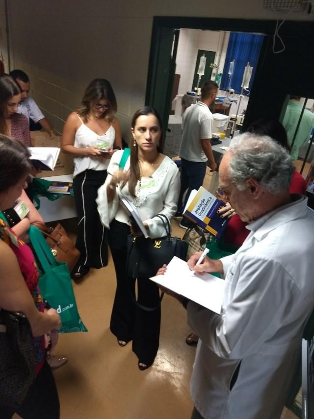 Prof. Carlos Arturo Levi DAncona autografando livro.